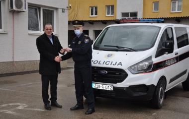 MINISTAR UNUTRAŠNJIH POSLOVA DARIO PEKIĆ OBIŠAO PODRUČJE POLICIJSKE UPRAVE TEŠANJ I URUČIO NOVO SLUŽBENO VOZILO