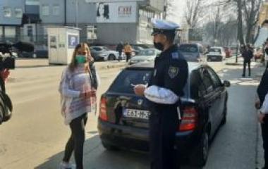 Policija u Visokom, u povodu obilježavanja 8. marta, prilikom kontrola poklanjala cvijeće učesnicama u saobraćaju