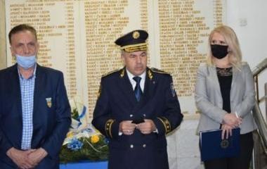 Položeno cvijeće na spomen-ploču podignutu poginulim pripadnicima MUP-a ZDK